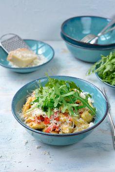 Pasta met kip in rode pestosaus https://njam.tv/recepten/pasta-met-kip-in-rode-pestosaus