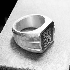 Kaveri halus suomileijona kantaa, mä tein mut en sellasta kaameeta rimpulaa mitä ne yleensä on #suomi #suomileijona #925 #kantasormus #bigring Rings For Men, Crafts, Jewelry, Instagram, Design, Men Rings, Manualidades, Jewlery, Jewerly