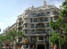 Contouring lines across a buildings structure (designed by Gaudi).