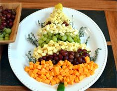 40 Easy Christmas Appetizers - Recipes for Holiday Appetizer Ideas These snacks are so tasty, your guests might fill up before dinner even starts. Christmas Snacks, Homemade Christmas Gifts, Noel Christmas, Christmas Brunch, Veggie Tray, Cheese Platters, Christmas Appetizers, Appetizer Recipes, Appetizer Ideas