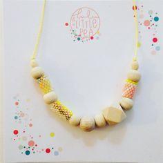 Collier en perles en bois et brick stitch (Lulu and the Little Pea)