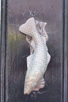 ♅ Detailed Doors to Drool Over ♅ art photographs of door knockers, hardware & portals - fish door knocker Door Knockers Unique, Door Knobs And Knockers, Knobs And Handles, Door Handles, Cool Doors, Unique Doors, Fisher, Door Detail, Door Accessories