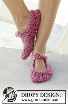 Be a Doll / DROPS - Knitted slippers with rib and garter stitch. The piece is worked in 2 strands DROPS Fabel. Drops Design, Knitting Patterns Free, Free Knitting, Crochet Patterns, Knitted Slippers, Knitted Bags, Point Mousse, Baby Socks, Garter Stitch