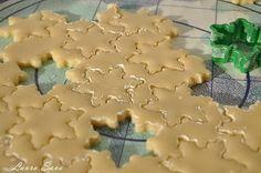 "Fursecuri ""Fulgi de zapada"" | Retete culinare cu Laura Sava Gingerbread Cookies, Christmas Cookies, Christmas Holidays, Christmas Recipes, Cheesecakes, Biscotti, Diy And Crafts, Food And Drink, Cooking Recipes"
