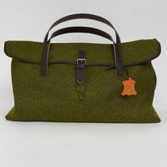 In den grünen #Weekender von #Stylehirsch passt alles wichitge hinein http://www.fromaustria.com/loden-weekender-tasche-gruen