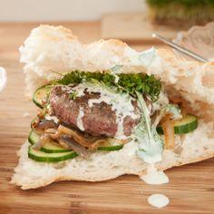 Tartaartje op Turks brood, met komkommer, gebakken uitjes, tuinkers en koriander-yoghurt www.marlieslekkers.nl