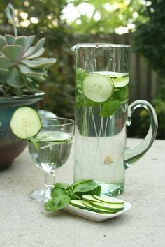 Cucumber and Basil Infused Water. DIY Herbal Infused Water - Refreshing and easy to make yourself (and don't they look pretty? Infused Water Recipes, Fruit Infused Water, Fruit Water, Infused Waters, Cucumber Water Benefits, Cucumber Detox Water, Refreshing Drinks, Fun Drinks, Healthy Drinks