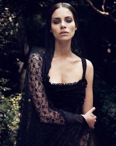 Die italienische Witwe trägt mit Vorliebe Schwarz und Spitze.