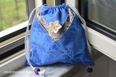 Tutorial gratuito di cucito creativo per cucire a macchina un sacchetto ottenuto applicando la tecnica giapponese origami. Facile e veloce. Adatto a tutti. Sewing Tutorials, Sewing Crafts, Pencil Case Pouch, Origami Bag, Frame Purse, Diy Arts And Crafts, Drawstring Backpack, Blue Jeans, Purses And Bags