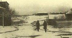 1941 - Dois turistas corajosos na Rua Paul Harris, esquina Rua Osvaldo Aranha, durante uma nevasca de inverno No fundo o Grupo Escolar João Corrêa, recém construído e a torre da Igreja Evangélica Luterana.  O prédio a esquerda era a cozinha do Hotel Bela Vista, onde hoje é um posto de gasolina - Canela / RS