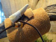 Bracelet de cuir suède avec attache en bois de chevreuil. Corne et os sur lacet de suède. Amérindien. Autochtone, Bracelet Tribal. Naturel.
