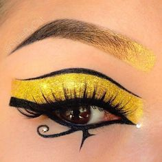 Tomb Raider: ~ The Mummy, Egyptian makeup. Gold glitter Eye of Ra. House of Lashes Noir Fairy. Egyptian Eye Makeup, Cleopatra Makeup, Maquillage Halloween, Halloween Makeup, Makeup Art, Beauty Makeup, Punk Makeup, Gold Makeup, Makeup Style