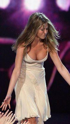Crushing on Celebrities Jennifer Aniston Wallpaper, Jennifer Aniston Legs, Jennifer Aniston Pictures, Beautiful Celebrities, Beautiful Actresses, Zombie Prom Queen, Jeniffer Aniston, Jennifer Love, Hollywood Actresses