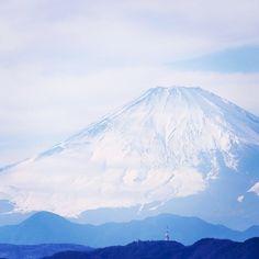 田子 の 浦 に うち 出 で て 見れ ば 白妙 の 富士 の 高嶺 に 雪 は 降り つつ