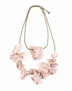 Collana lunga con petali di fiore, Lanvin - 470 €