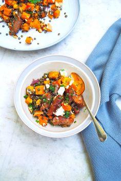 Dit linzen salade recept met pompoen, feta & merguez worstjes is ideaal als lunch of avondeten. Ook kun je deze makkelijk koud meenemen voor op het werk of onderweg.