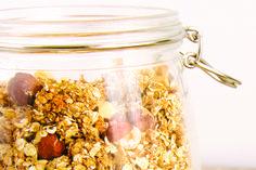 Granola de aveia com coco e avelas...  Ingredientes 400gr aveia 100gr avelã 50gr côco ralado 10gr mix de sementes (chia, sésamo, girassol, papoila…) 5gr canela (ou a gosto) 20gr mel (ou melaço de cana – versão vegan)  Preparação Coloque num recipiente todos os ingredientes secos e misture. Tostadas, Granola, Breakfast Snacks, Mix, Paleo, Low Carb, Preparado, Coconut Oatmeal, Shredded Coconut