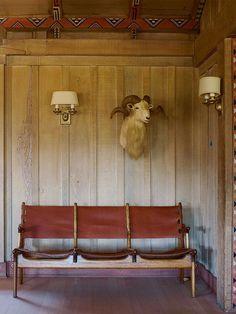 Banco de couro e madeira
