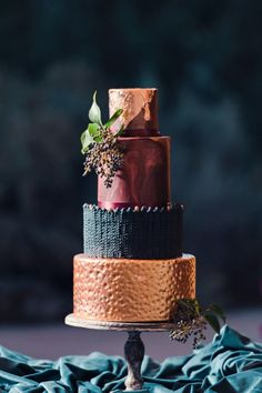 Wedding Trends : Marble Wedding Cakes - Belle The Magazine Copper Wedding Cake, Black Wedding Cakes, Beautiful Wedding Cakes, Beautiful Cakes, Amazing Cakes, Gold Wedding, Burgundy Wedding, Modern Wedding Cakes, Heavy Metal Wedding