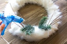 Snowy Owl Christmas Wreath DIY – The best ideas Christmas Reef, Diy Christmas Snowflakes, Hogwarts Christmas, Homemade Christmas Decorations, Christmas Owls, Christmas Wreaths To Make, Christmas Crafts, Christmas Ornaments, Outdoor Christmas