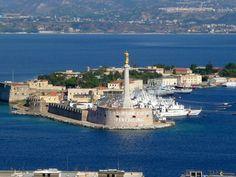 Vue du port de Messine L'arrivée au port de Messine se fait sous les auspices de la Madonna della Sacra Lettera, qui protège la ville du haut de sa tour érigée à la pointe San Salvatore