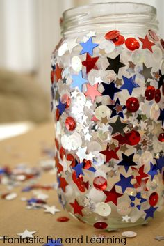Let your kids create their own Fourth of July confetti candle jars using school glue and sequins. #kidscraft