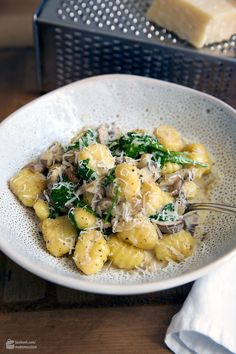Cremige Gnocchi-Pilz-Pfanne mit Babyspinat Creamy Gnocchi Mushroom Pan with Baby Spinach Easy Salad Recipes, Easy Salads, Dinner Recipes, Healthy Recipes, Gnocchi Mushroom, Gnocchi Pasta, Cooking Dishes, Homemade Baby Foods, Salad Ingredients