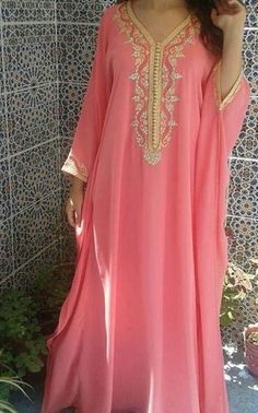 Jalabi A / Robe - Ultimative Kollektionen von Kleidern Kaftan Designs, Abaya Fashion, Fashion Dresses, Caftan Gallery, Arabic Dress, Mode Abaya, Moroccan Caftan, Caftan Dress, African Dress