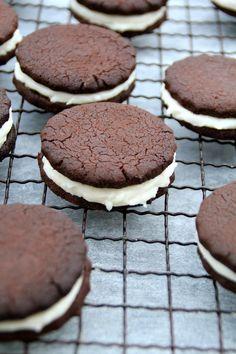 Sjokoladekjeks med myntekrem  #sjokolade #chocolate #cookies #mint #mynte #aftereight #kjeks #chocoholic #sjokoladekjeks #chocolatecookies #sweettooth #easy #easyrecipes #baking Oreos, Chips, Cookies, Baking, Desserts, Food, Easy, Crack Crackers, Tailgate Desserts
