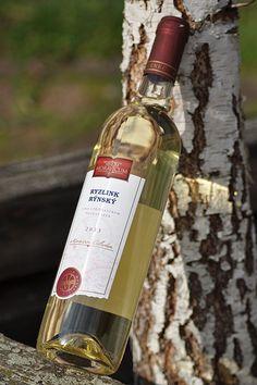 Bílé víno - Ryzlink rýnský Pozdní sběr - Vinum Moravicum a.s. Whiskey Bottle, Drinks, Products, Drinking, Beverages, Drink, Gadget, Beverage
