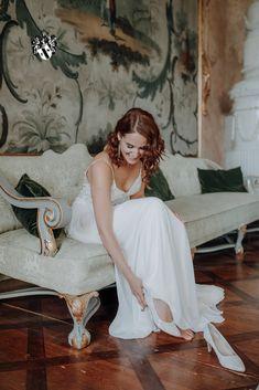 Getting ready within historical rooms makes every bride smile... Photo credit: Katrin Kerschbaumer Wedding Planner, Destination Wedding, Wedding Venues, Wedding Ideas, Smile Photo, Salzburg, Aunt, Photo Credit, Austria