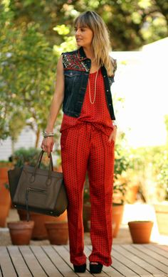 Perfeito conjuntinho vermelho com sobreposição de colete jeans.