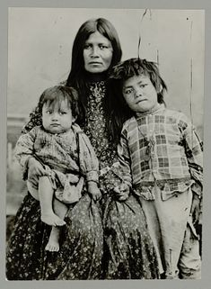 A beautiful Chiricahua Apache woman, Gazie (Twisted), Chiricahua's Wife, with her children. Lenna and Robert Native American Regalia, Native American Beauty, Native American Photos, American Spirit, Native American History, The Americans, Native Americans, Into The West, First Nations