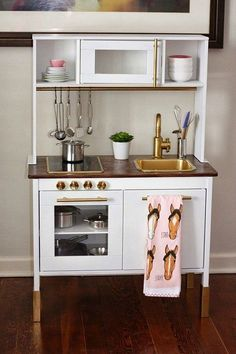 Wir haben sie wohl (fast) alle Zuhause: die Ikea Kinderküche. Und auf unserer Pinterest-Pinnwand wohl tausend Ideen, wie man sie pimpen könnte. Die schönsten haben wir für Euch zusammengetragen. Klar können wir die Ikea Kinderküche auch einfach so in die unsere stellen. Aber ein bisschen Farbe steht der kleinen Küche ausgezeichnet. Oder Tapete. Oder Gold. Aber seht selbst. Photo Because it's awesome Graue Türchen, Kupfergeschirr und ganz viel Vintage Accessoires. Photo Bringing Happiness Auf…