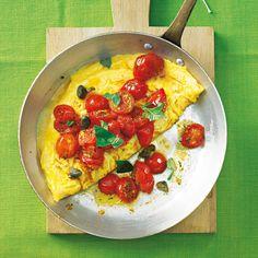 Omelett ist ein schnelles Abendessen und dazu noch low-carb. Wir lieben diese sommerliche Variante mit geschmorten Kirschtomaten und würzigem Käse. Foto: Thomas Neckermann
