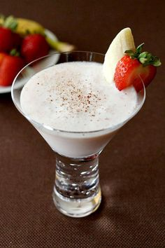 Banana Split Martini combines all the sweetness of a dessert and makes it into a cocktail. A martini for dessert! Banana Cocktails, Cocktail Drinks, Fun Drinks, Yummy Drinks, Alcoholic Drinks, Colorful Cocktails, Holiday Cocktails, Summer Cocktails, Strawberries