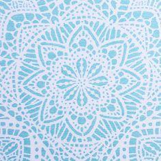 Padrão em renda, de flores detalhadas, que preenche o fundo branco da mescla de algodão-poliéster num azul claro. Ideal para uma grande variedade de aplicações decorativas.