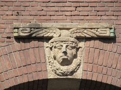 Gevelornament gemaakt door Egidius Everaerts op de gevel van het voormalig kantoor Nijmeegsche Bankvereeniging Van Engelenburg & Schippers aan de Hertogstraat.