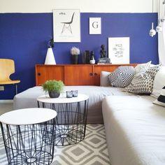 Wohnzimmerblick Die schönsten Poster in echten Wohnungen  #poster #interior #deko #decor #inneneinrichtung #dekorationsideen #black #white #blue Foto: pantella