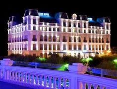 Todo el encanto de Santander con esta escapada que incluye: 1 noche para 2 en el Gran Hotel Sardinero 4*, desayuno, cava y bombones, cena y parking
