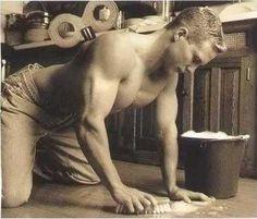 Tengo que fregar el suelo. Tengo que fregar el suelo por lo que no será sucio.