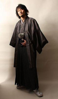 Haori 羽織 Veste qui tombe aux hanches ou jusqu'aux genoux, et qui se porte par dessus le kimono.Jacket that falls to the knees or hips, which is worn over the kimono. Look Kimono, Male Kimono, Yukata Kimono, Japan Fashion, Mens Fashion, Ethnic Fashion, Geisha, Japanese Costume, Kimono Design