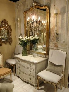 grand miroir ancien, commode blanche style shabby et plafonnier fausses bougies