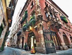 The Barcelona Gothic Quarter, or Barrio Gotico, is at the heart of the old city and plays host to some of the most beautiful historic sights the city has to offer. Here's a local's guide to the Gothic Quarter in Barcelona. Barcelona Restaurants, Visit Barcelona, Gaudi, Gothic Quarter Barcelona, Beautiful Places To Visit, Spain Travel, Night Life, Barcelona Cathedral, Places To Go