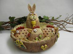 Velikonoční+zajíc+Ze+šamotové+hlíny,+výška+cca+14,5+cm.+Na+spodní+straně+otvor+na+tyčku+-+můžete+též+zapíchnout+do+jarního+truhlíku,+květináče+nebo+záhonku.+Miska+i+slepičky+také+v+nabídce. Wicker Baskets, Pottery, Ceramics, Christmas Ornaments, Holiday Decor, Hens, Ceramica, Ceramica, Pottery Marks