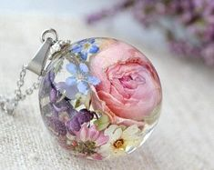 Resin jewelry Rose necklace Terrarium necklace Resin jewelry Resin terrarium jewelry Real flower necklace Pink blush necklace Nature jewelry The post Resin jewelry appeared first… Diy Resin Crafts, Jewelry Crafts, Rose Jewelry, Beaded Jewelry, Collar Rosa, Earrings Handmade, Handmade Jewelry, Terrarium Necklace, Rose Necklace