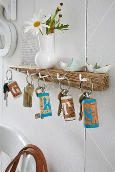 A key board made from driftwood and keys with homemade key rings made from corks painted with letters Wood Scraps, Driftwood Crafts, Fairy Doors, Craft Fairs, Decoration, Diy Projects, Place Card Holders, Hand Painted, Homemade