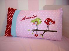 Hier könnt Ihr ein liebevoll gestaltetes Kinderkissen kaufen. Auf dem Kissen sind zwei Vögel appliziert und es ist mit wunderschönen verschiedenen ...