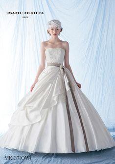 a07f9900df729 MK-37 - ISAMU MORITA ウエディングドレス - サテン素材の持つ高級感とアンティークテイストのリボンベルトが特徴的なドレスです。 右 サイドから流れるドレープが素材 ...
