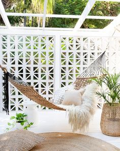 Backyard Hammock Ideas -Laying in a hammock is one of the most relaxing points worldwide. Check out lazy-day backyard hammock ideas! Backyard Hammock, Outdoor Hammock, Outdoor Balcony, Outdoor Rooms, Backyard Patio, Indoor Outdoor, Outdoor Living, Outdoor Decor, Hammocks